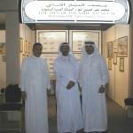 يمين صاحب المتحف محمد عمر نتو وسط خبير العملات الإماراتي عبد الله جاسم يسار الزميل عبد الله رواس