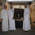 المتحف يهدي عبد الله جاسم هدية تذكارية